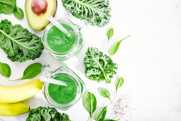 Frisch gemachter grüner smoothie in der flasche