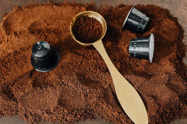 Frisch gemahlener kaffee auf einem holztablett