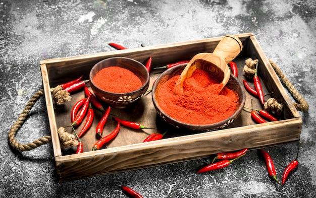 Frisch gemahlener paprika in einer schüssel auf einem tablett