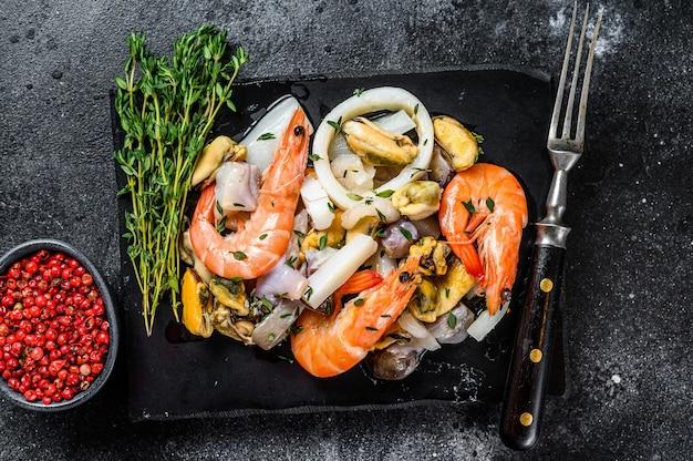 Frisch gemixter meeresfrüchte-cocktail mit garnelen, garnelen, muscheln, tintenfischen und oktopus.