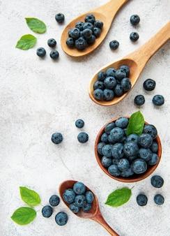 Frisch gepflückte blaubeeren auf einem konkreten hintergrund. konzept für gesunde ernährung