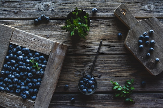 Frisch gepflückte blaubeeren befinden sich in einer holzkiste. gesundes essen, gesundheit