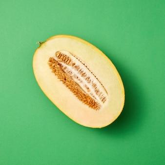 Frisch gepflückte reife frische melonenfrucht geschnitten