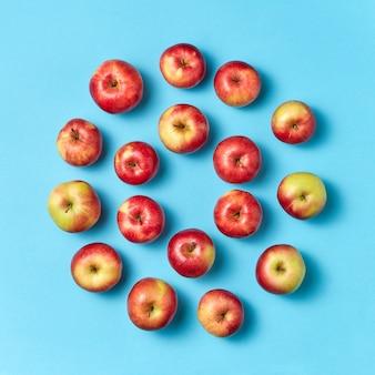 Frisch gepflückte saftige äpfel runder rahmen