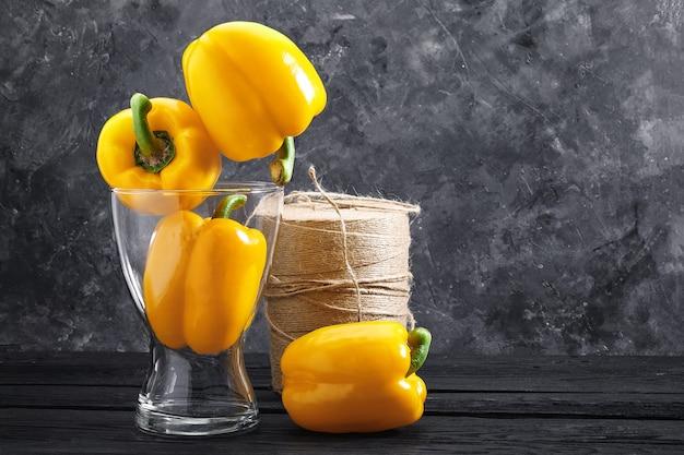 Frisch gepflückter gelber paprika, eine schöne pfefferkomposition in einer vase