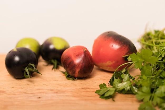 Frisch gepflücktes gemüse liegt auf dem tisch in der küche