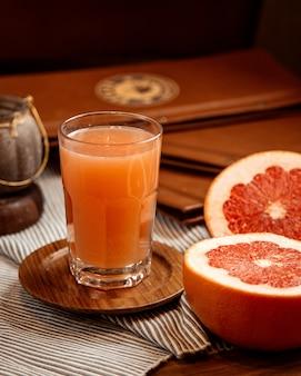 Frisch gepresster grapefruitsaft mit grapefruitscheiben