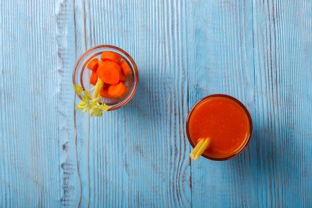 Frisch gepresster karotten- und selleriesaft. vitaminsommergetränk.