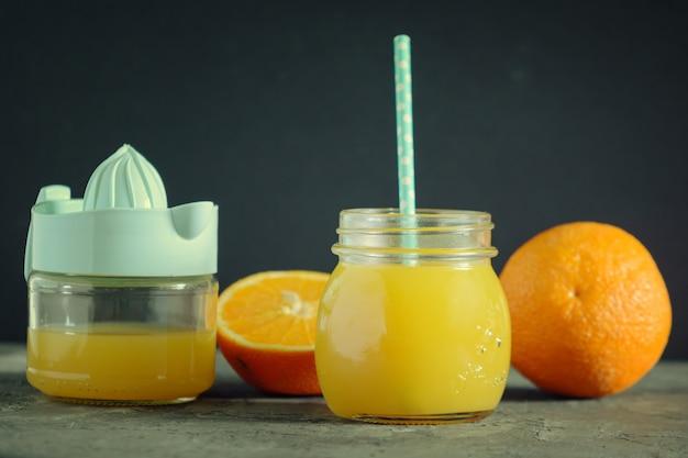 Frisch gepresster orangensaft in einem glas.