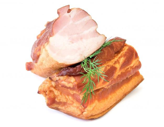 Frisch geräuchertes schweinefleisch getrennt auf weiß.