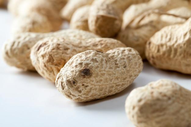 Frisch geröstete erdnüsse, leckere erdnüsse auf dem tisch, trockene und geröstete erdnüsse benötigen keine weitere verarbeitung, nahaufnahme