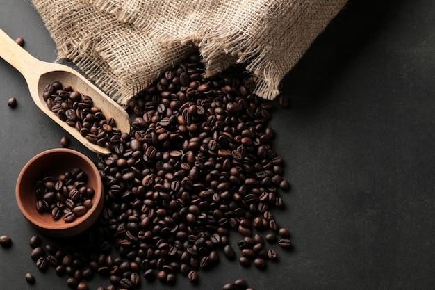 Frisch geröstete kaffeebohnen auf dem tisch