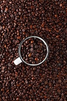 Frisch geröstete kaffeebohnen in einem glas.