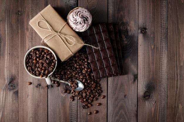 Frisch geröstete kaffeebohnen und stapel braune schokolade