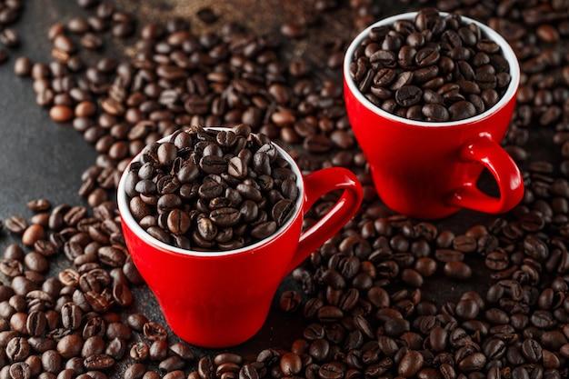 Frisch gerösteter kaffee in roten tassen