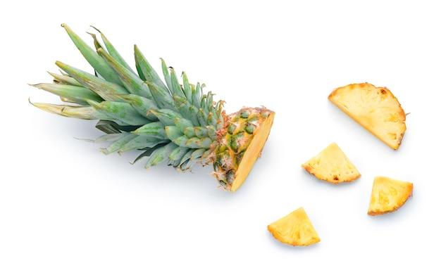 Frisch geschnittene ananas auf weißer oberfläche