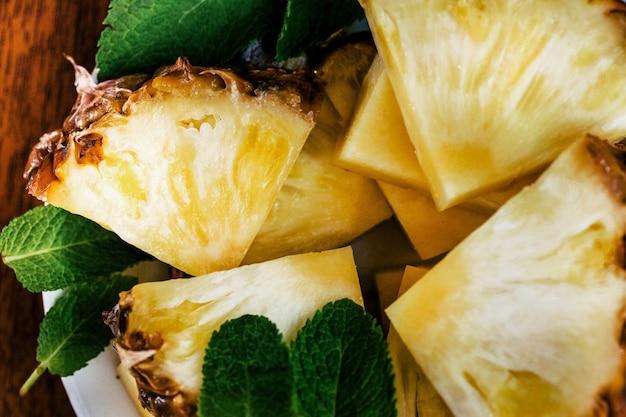 Frisch geschnittene ananas serviert mit minze