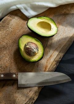 Frisch geschnittene avocado auf einem hölzernen schneidebrett