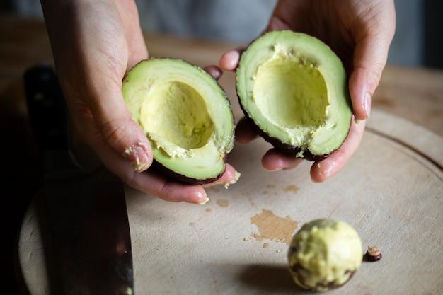 Frisch geschnittene avocado in der küche