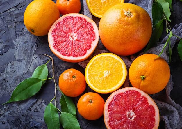 Frisch geschnittene früchte. orange, grapefruit und mandarinen. selektiver fokus