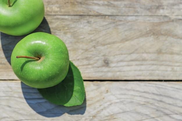 Frisch geschnittene grüne äpfel auf holztischoberansicht