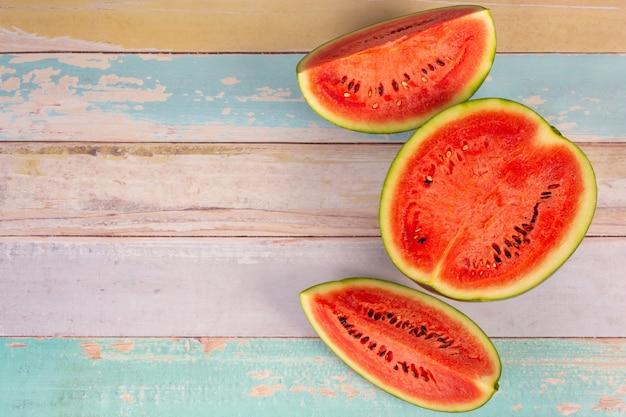 Frisch geschnittene rote wassermelone auf einer hölzernen brettwand