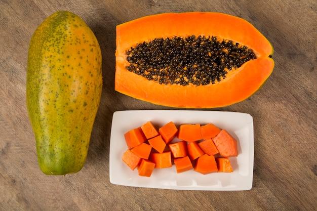 Frisch geschnittene saftige tropische papaya mamao frucht mit samen bei brasilianer. frische früchte