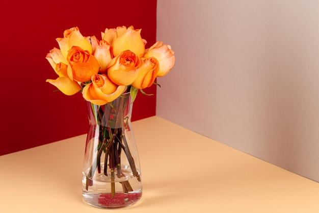 Frisch geschnittener roter und gelber rosenstrauß