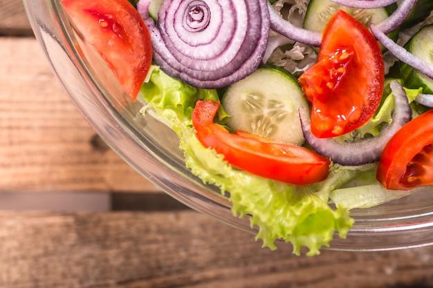 Frisch geschnittener salat aus verschiedenen gemüsesorten aus der nähe