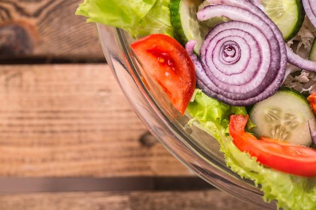 Frisch geschnittener salat aus verschiedenen gemüsesorten