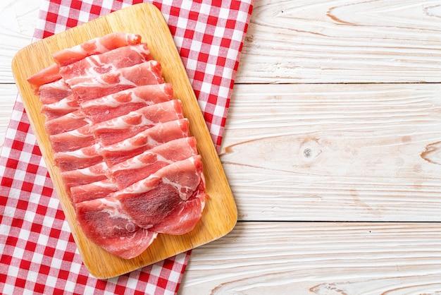 Frisch geschnittenes kragenschweinefleisch roh