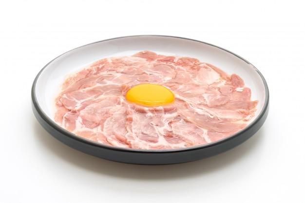 Frisch geschnittenes schweinefleisch roh mit ei zum kochen oder zubereiten von shabu shabu und sukiyaki