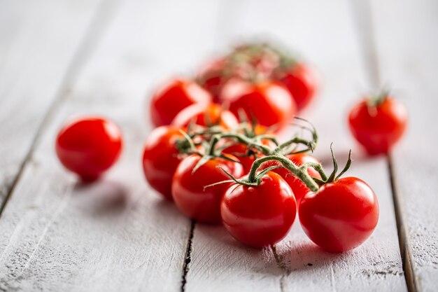 Frisch gewachsene tomaten im garten mit schöner roter farbe voller sommerlicher sonnenstrahlen.