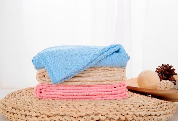 Frisch gewaschene flauschige handtücher im schlafzimmer interieur