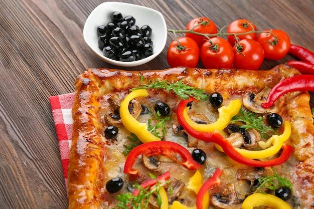 Frisch hausgemachte pizza auf holztisch nahaufnahme