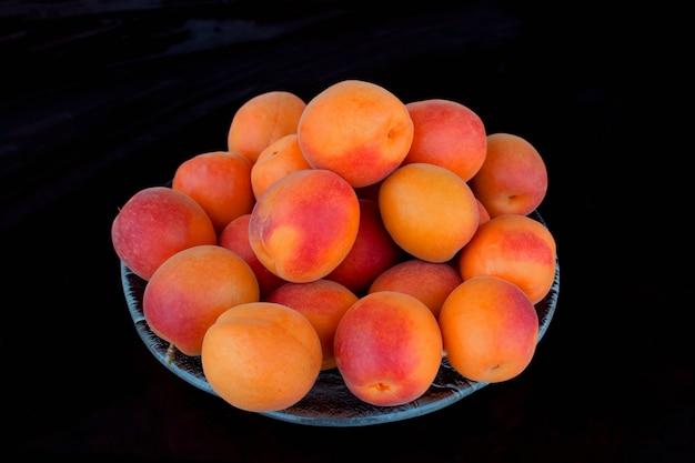 Frisch reife aprikosen in einer schüssel