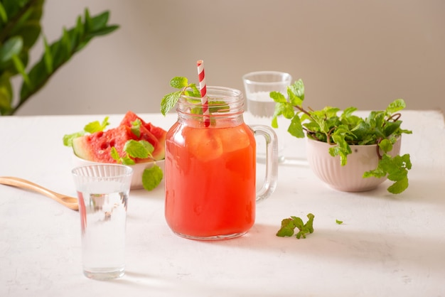 Frisch servierte wassermelonen-mojito-cocktails