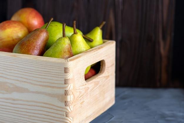 Frisch sortierte früchte in einer holzkiste