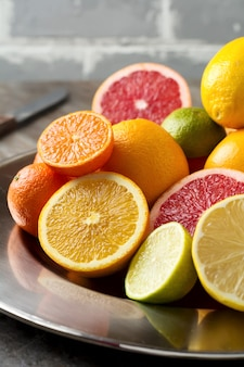 Frisch sortierte zitrusfrüchte auf einem eisentablett. selektiver fokus.