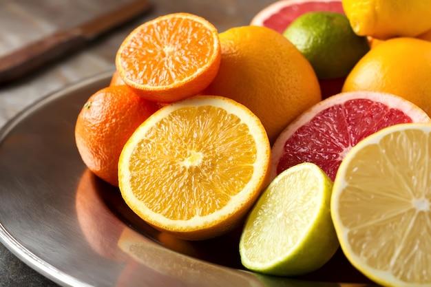 Frisch sortierte zitrusfrüchte auf einem eisentablett