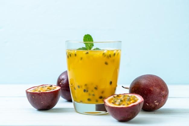Frisch und vereist passionsfruchtsaft