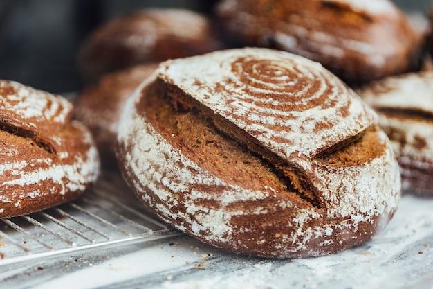 Frisch und warm gebackene brötchen werden auf die marmortheke gestellt. hausgemacht von artis
