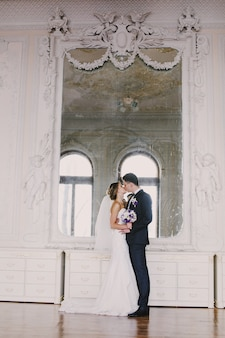 Frisch verheiratet küssen vor einem spiegel