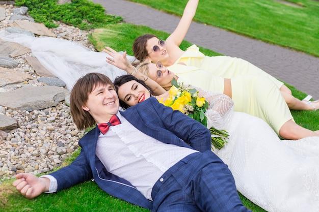 Frisch verheiratet mit brautjungfern, die spaß an der hochzeitszeremonie haben