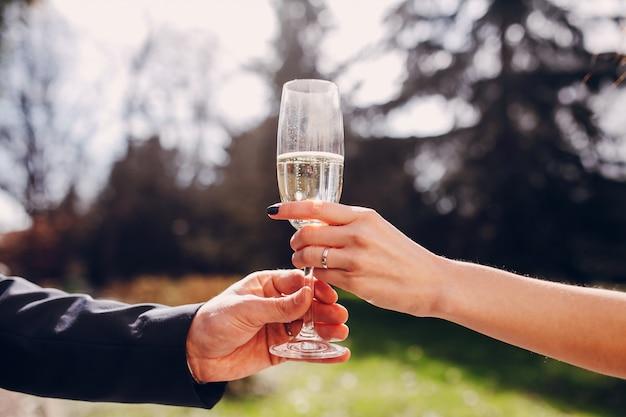 Frisch verheiratet mit einem glas champagner