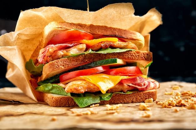 Frisch zubereitete clubsandwiches werden auf einem hölzernen schneidebrett serviert
