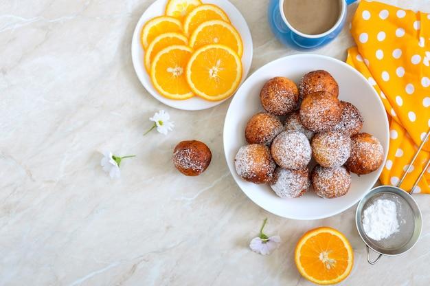 Frisch zubereitete donuts mit puderzucker in einer weißen schüssel, platz kopieren. quarkbällchen pommes. dessert aus dem hüttenkäse