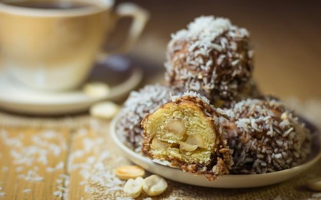 Frisch zubereitete hausgemachte kekse mit erdnüssen, kokos und kakao.