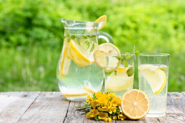 Frisch zubereitete limonade mit zitronenscheiben.