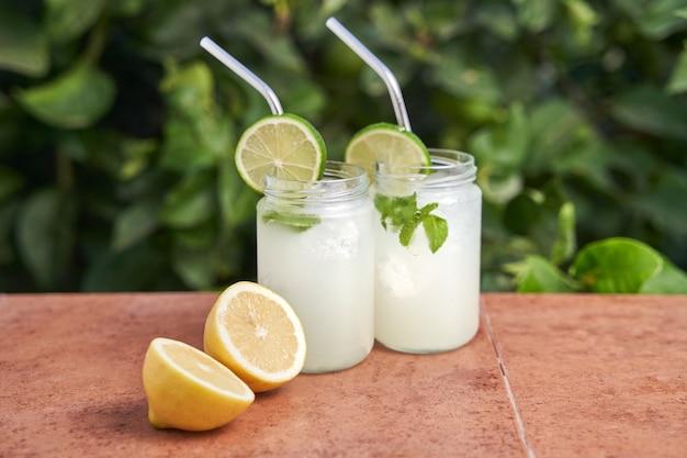 Frisch zubereitete limonadengläser
